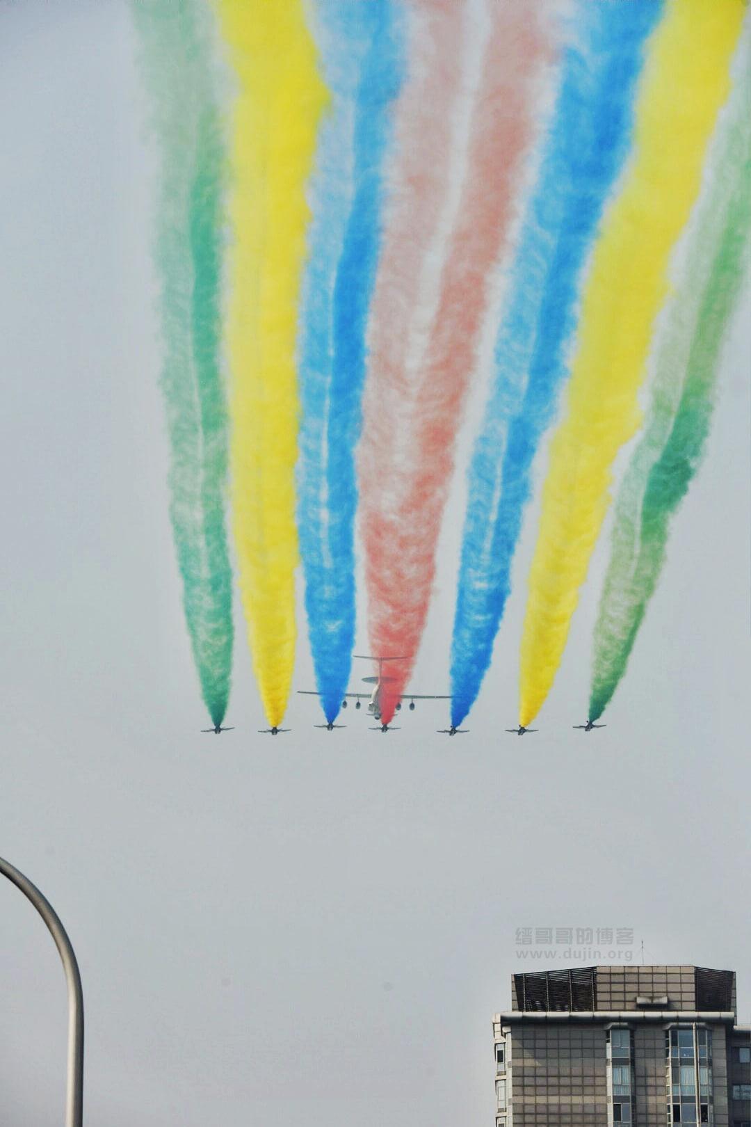 2019年中国70周年国庆阅兵精美照片-教练飞机织七色彩带
